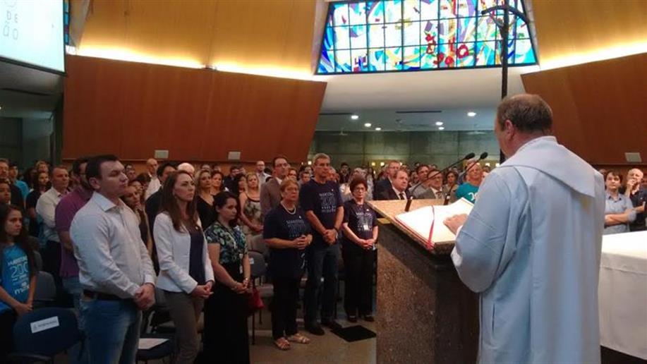 Celebração dos 200 anos de vitalidade do sonho de São Marcelino Champagnat, reunindo centenas de pessoas na Igreja Universitária Cristo Mestre, na PUCRS, no final da tarde de 2 de janeiro – dia em que se comemorou o bicentenário da missão marista no Mundo