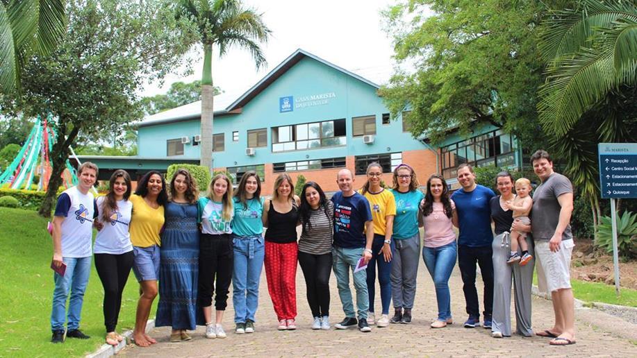 A organização laical juvenil conta com três grupos que vivenciam o carisma marista